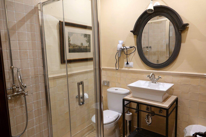 Badkamer Story Hotel : Praktische indeling van de badkamer de vloertegel is gecombineerd