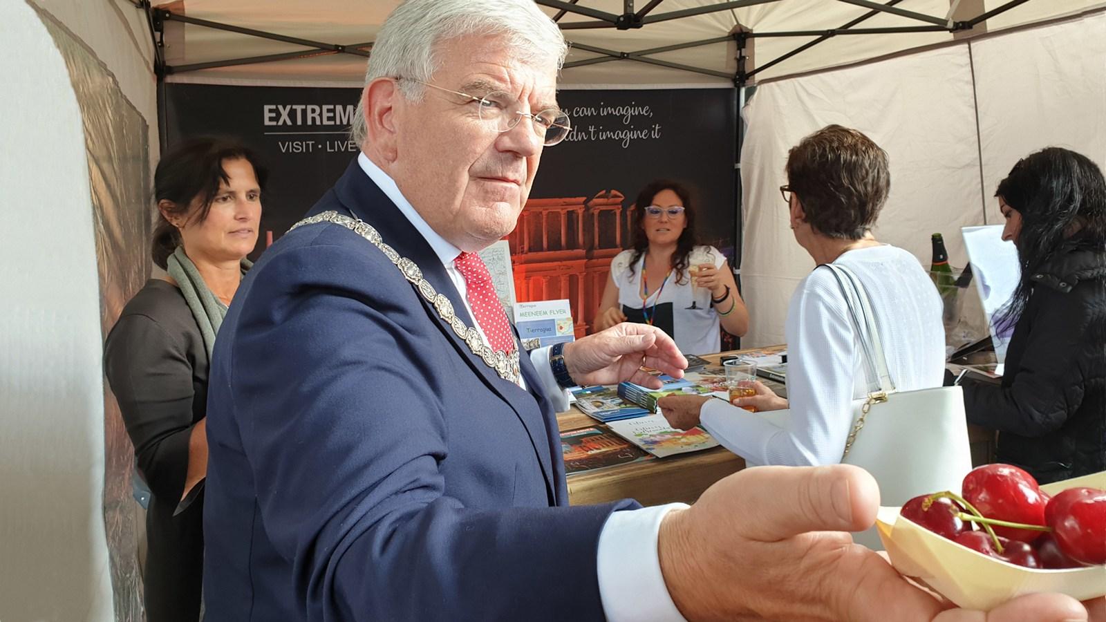 De burgemeester van Utrecht had ook belangstelling voor de culinaire streekproducten van Extremadura