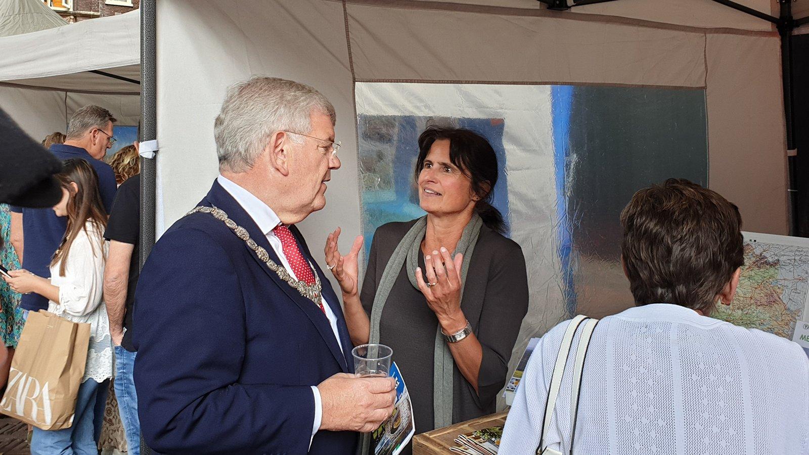 Burgemeester van Utrecht, Jan van Zanen, krijgt informatie over vakantie in Extremadura van Tierragua
