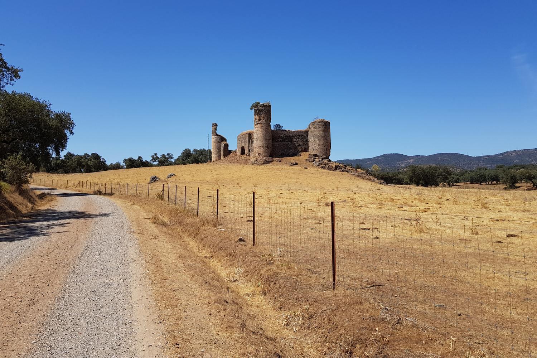 Fietsen door Extremadura gaat over oude wegen en langs historische gebouwen en kastelen