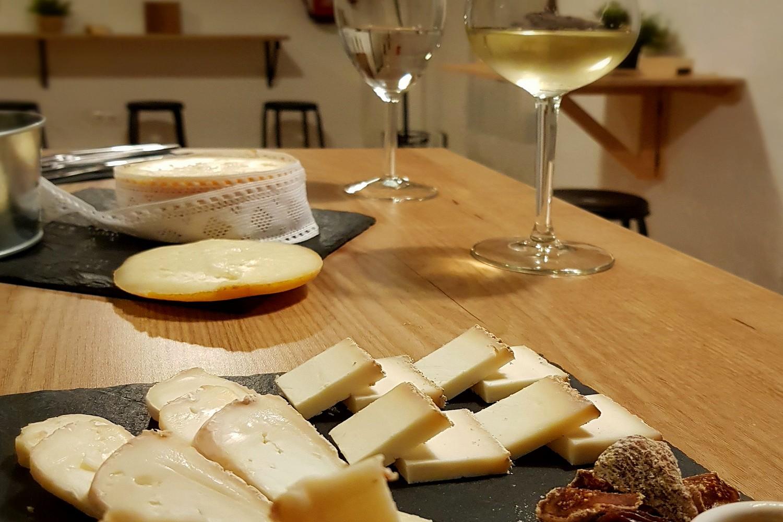 Bijzondere kazen en wijn bij kaasproeverij in Zafra